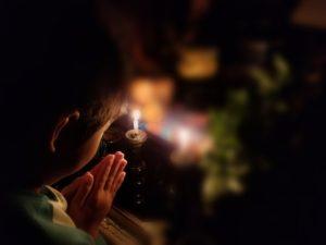 祈る姿画像